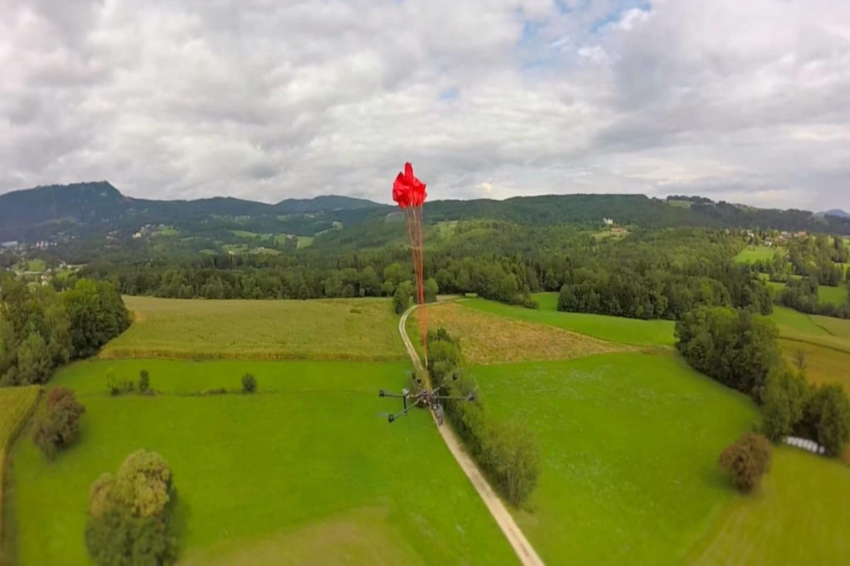 parasut drone DJI Matrice 600. Foto oleh unmannedsystemssource.com