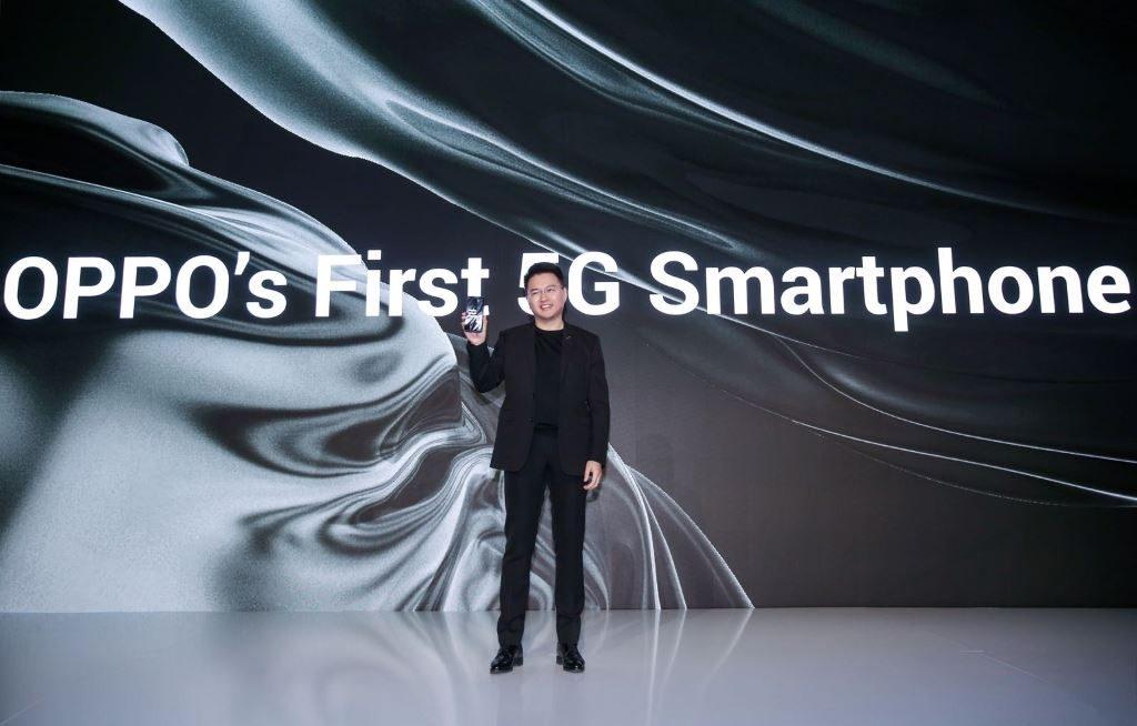 Anyi Jiang – Vice President OPPO menunjukkan smartphone 5G perrama OPPO