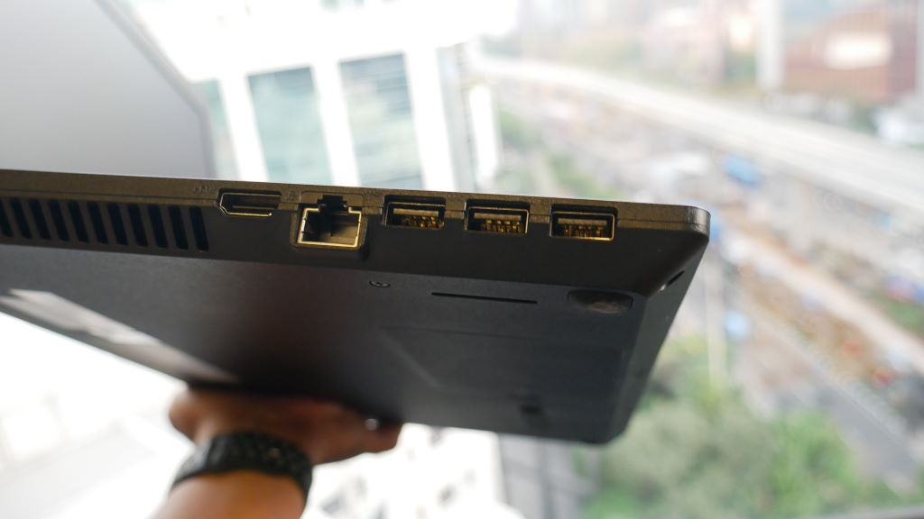 ASUS ExpertBook P1440FA port