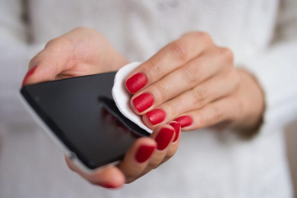 membersihkan smartphone 123rf progressman virus corona
