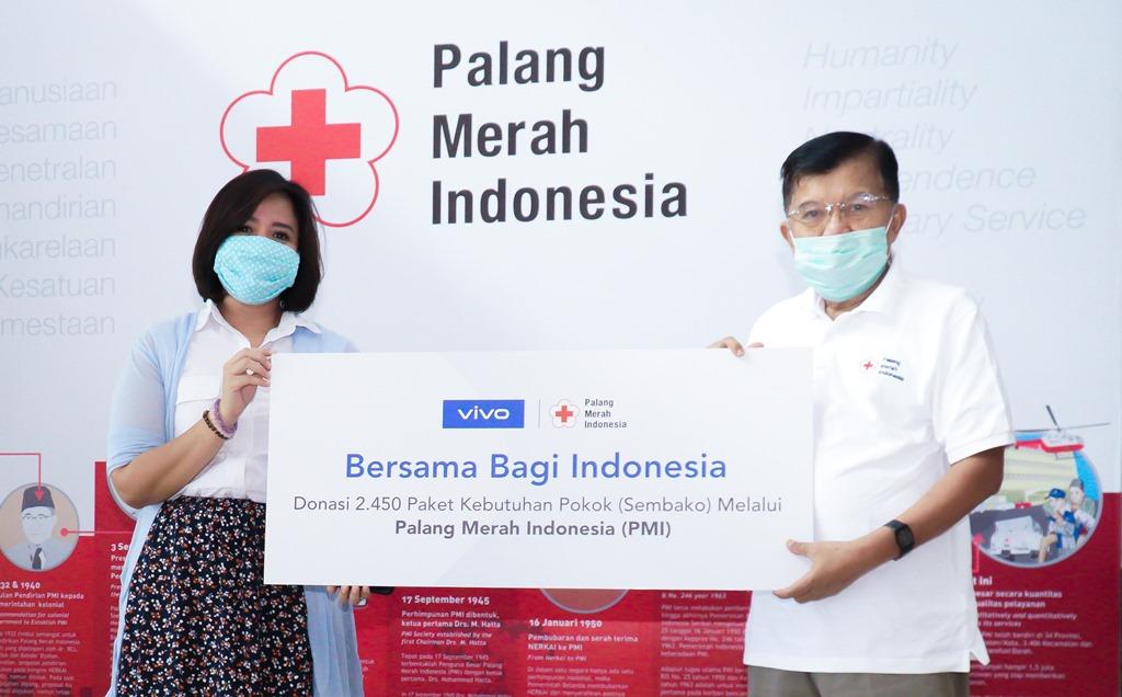 (Ki-Ka) Tyas Rarasmurti, Senior PR Manager Vivo Indonesia bersama Drs HM Jusuf Kalla selaku Ketua Umum PMI pada sesi penyerahan donasi secara simbolis