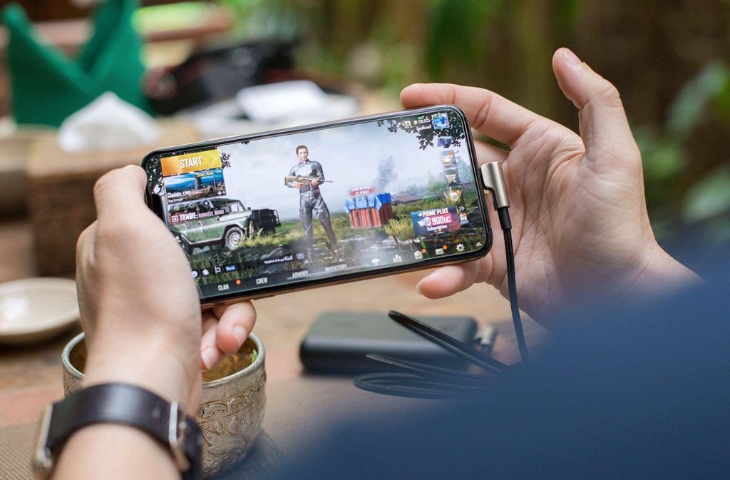 Ilustrasi bermain gim dari smartphone.