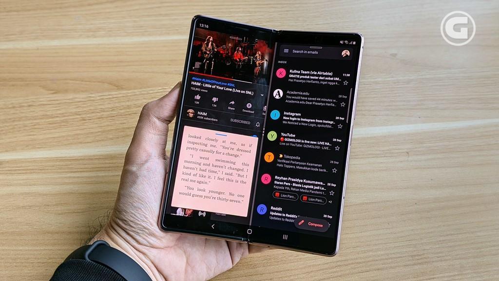 Multitasking Galaxy Z Fold 2