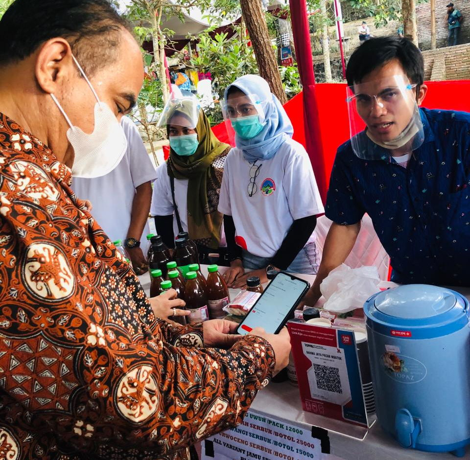 Foto 1 - Budi Arie Setiadi (Wakil Menteri Desa PDTT) bertransaksi menggunakan LinkAja