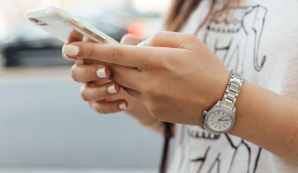 ilustrasi smartphone aplikasi perpanjang SIM